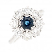 Bague marguerite saphir 0.67 carat et diamants 1.76 carat en or blanc