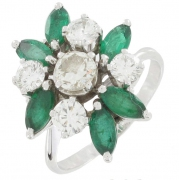 Bague fleur �meraudes 0,84 carat et diamants 1,30 carat en or blanc