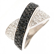 Bague entrelacs diamants blancs et noirs 0.97 carat en or blanc