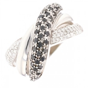 Bague entrelacs diamants noirs et blancs 0.76 carat en or blanc