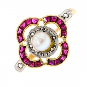 Bague rubis, roses de diamants et perle  en or bicolore