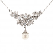 Collier pendentif draperie diamants 0.41 carat et perle de culture en or blanc